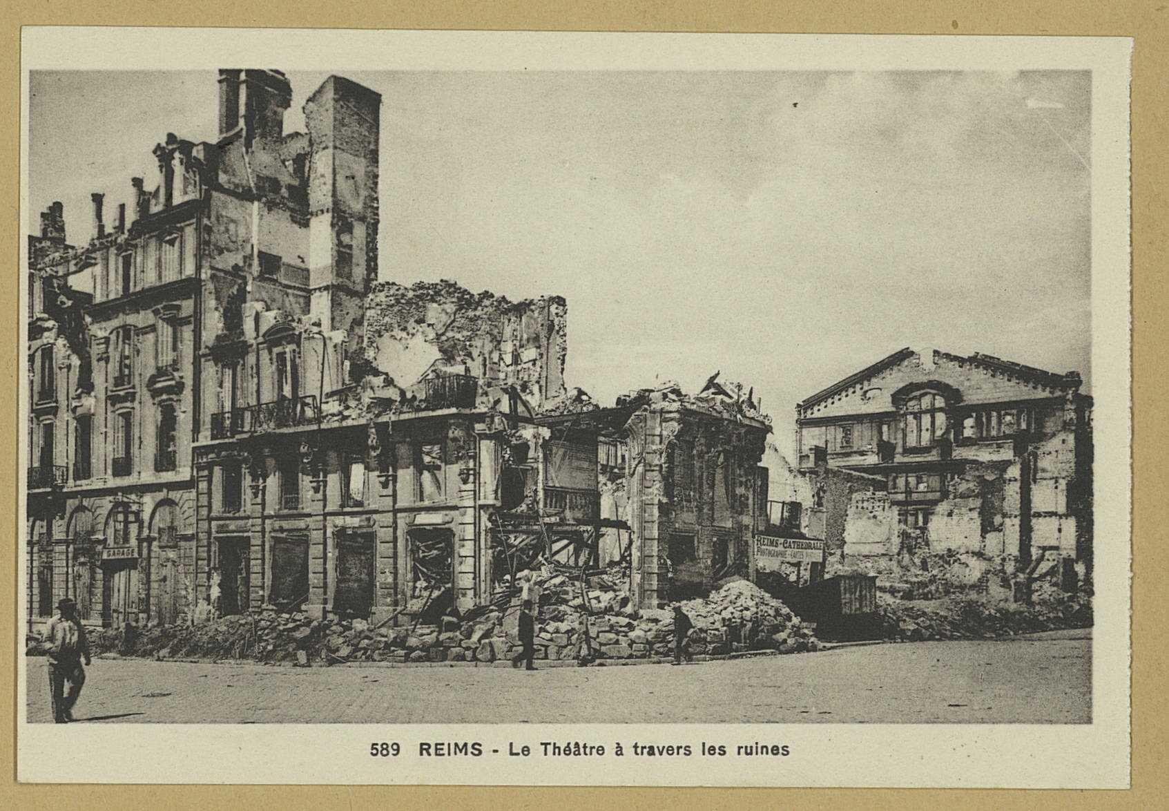 REIMS. 589. Le Théâtre à travers les ruines. Strasbourg-Schiltigheim [s.n.] ([S.l.] Cie des Arts Photomécaniques). Sans date