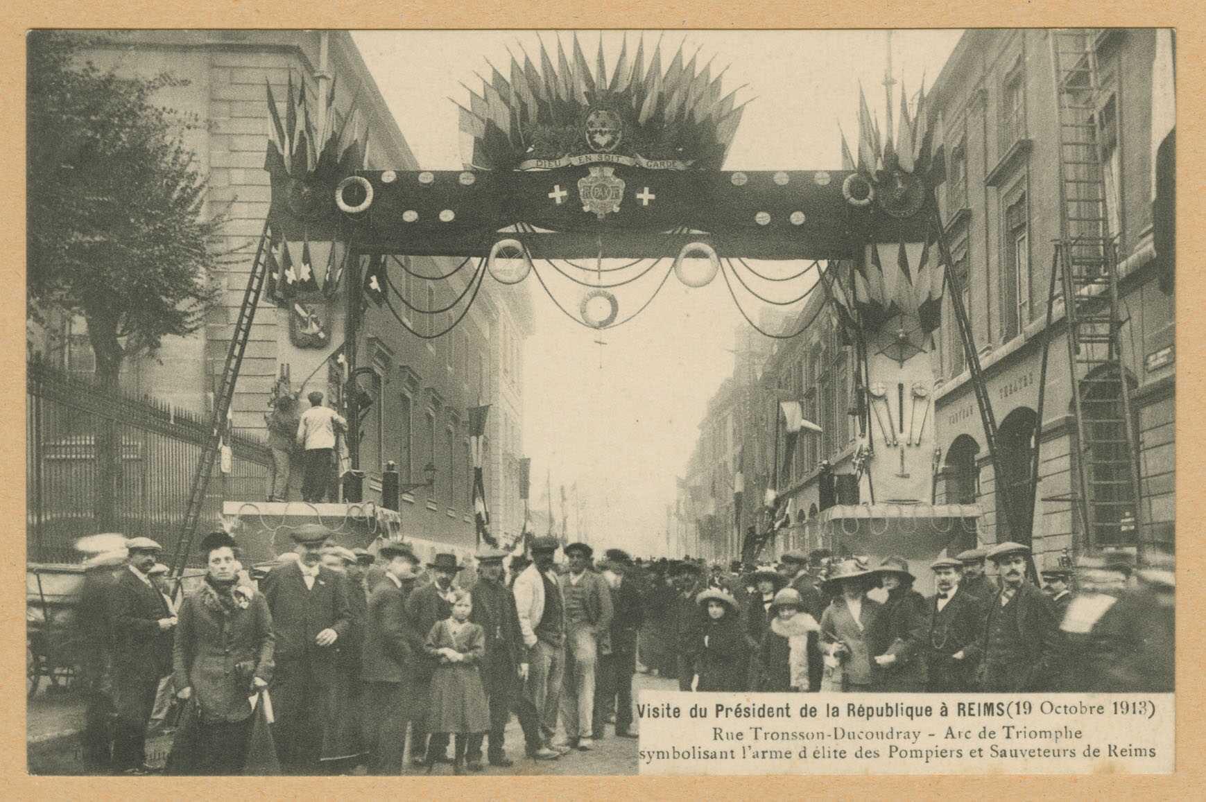 REIMS. Visite du président de la république à Reims (19 octobre 1913). Rue Tronsson-Ducoudray. Arc de triomphe symbolisant l'arùe d'élite des pompiers et sauveteurs de Reims. [Sans lieu] : Thuillier
